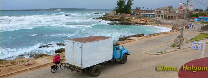 Camion azul frente al sol y el mar © sogestour