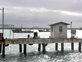 Lancha o puente, ferry or bridge © sogestour