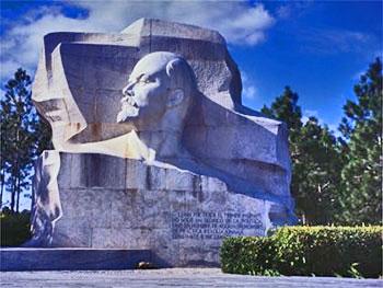 Vladimir Ilich Ulyanov in Parque Lenin, Lenin Monumento © Lonely Planet