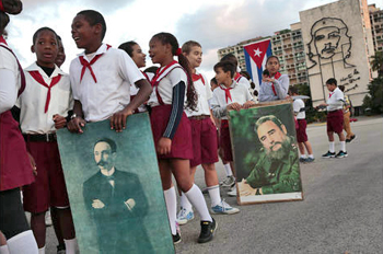 Los Tres y El Futuro - Kids celebrating Dia Marti in Plaza de la Revolucion, January 27, 2015 © Carolyn Cole / Los Angeles Times