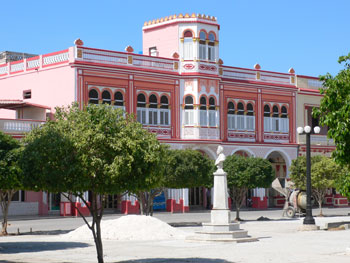 Edificio de Correos with a fresh coat of pink paint