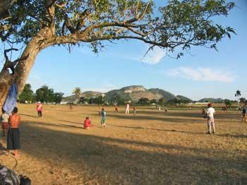 Jeunes au campo de beisbol.
