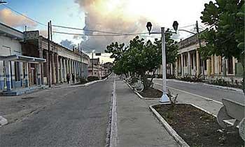 La calle principal aussi déserte au petit matin qu'à la brunante, ma tante © Eyanex sur Panoramio